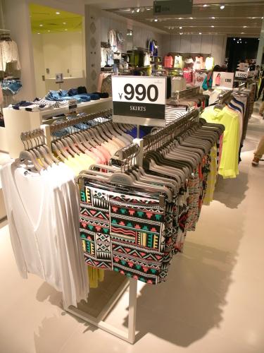 週2回、世界中のベルシュカの店舗にトレンドを取り入れた新作が入荷。 シューズやアクセサリーなどのファッション小物も豊富に揃っています。