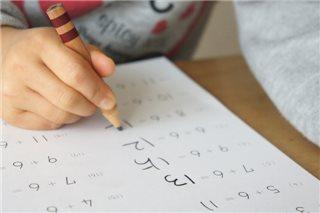 数式を解く子供